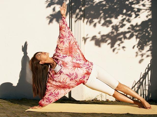 Woman-doing-side-plank