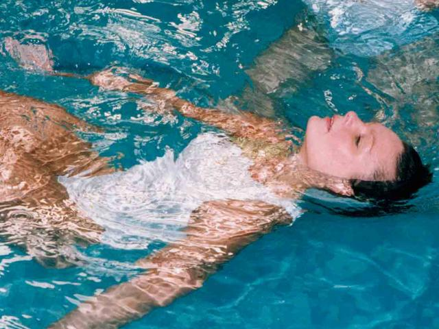 Calling swimmers and splashers how to protect your hair - Protection from chlorine in swimming pool ...