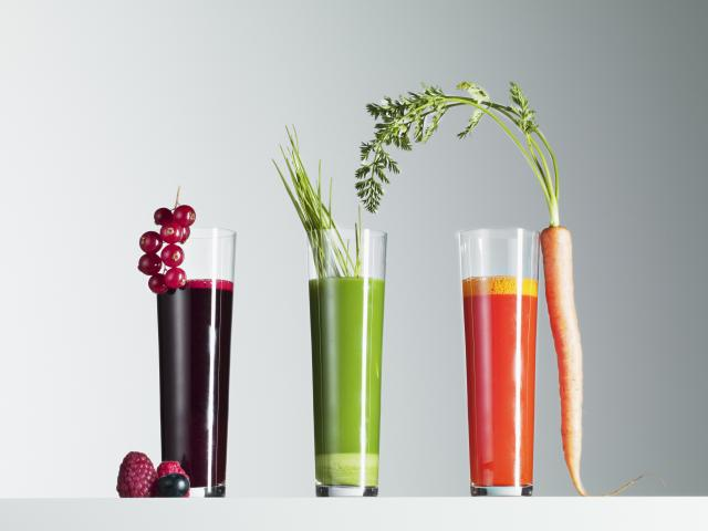 Juice shots with berries, wheatgrass and carrot - 104822071