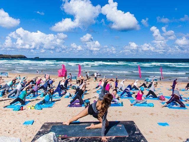 Roxy-fitness-beach-yoga