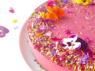 Clean-cakes-edible-flowers