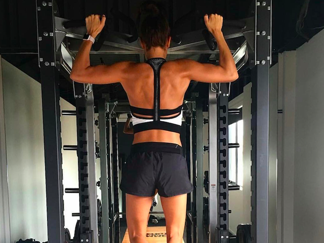 Kayla itsines doing pull up as part of weight training - Exactly How To Use The Assisted Pullup Machine At The Gym - Women's Health UK