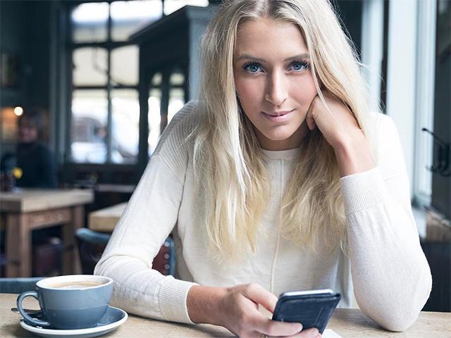 Zanna van dijk on her phone
