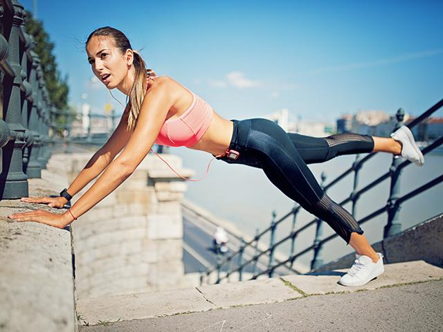 How to lose 1kg in a week - woman press up