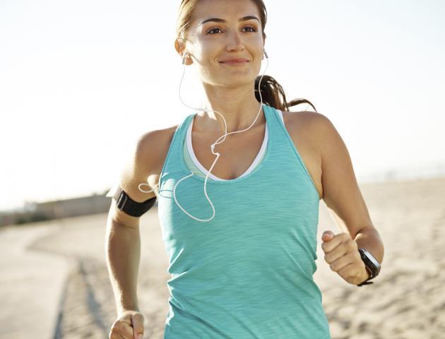 Brunette woman running - 163639110