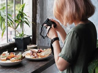 Woman-photographing-food